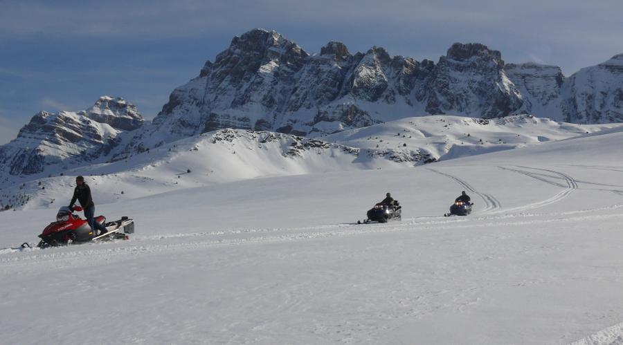 Viaje en familia con moto de nieve por el Pirineo