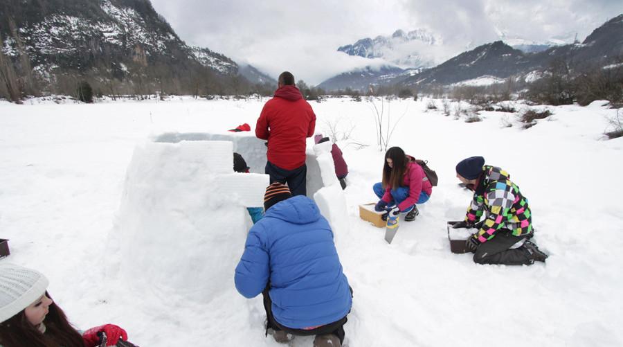 Construccion de iglus de nieve en el pirineo