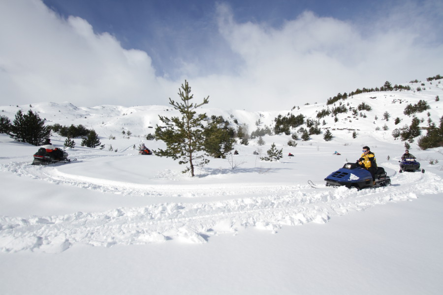 Ruta larga en moto de nieve en el Pirineo