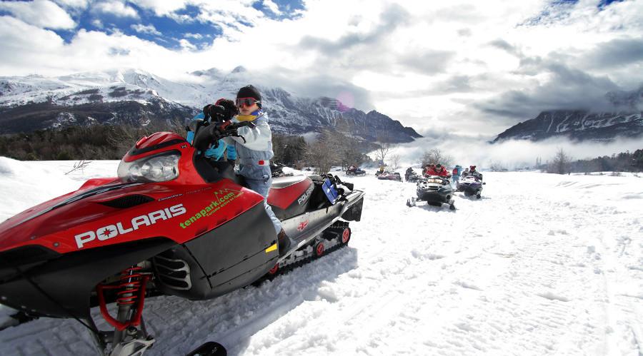 Ruta en moto de nieve con familia con niños
