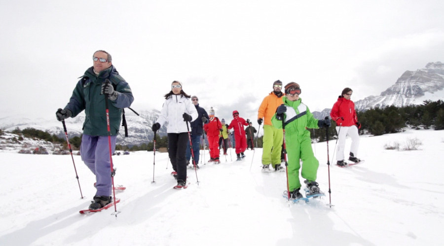 Paseo en familia con raquetas de nieve en Pirineos